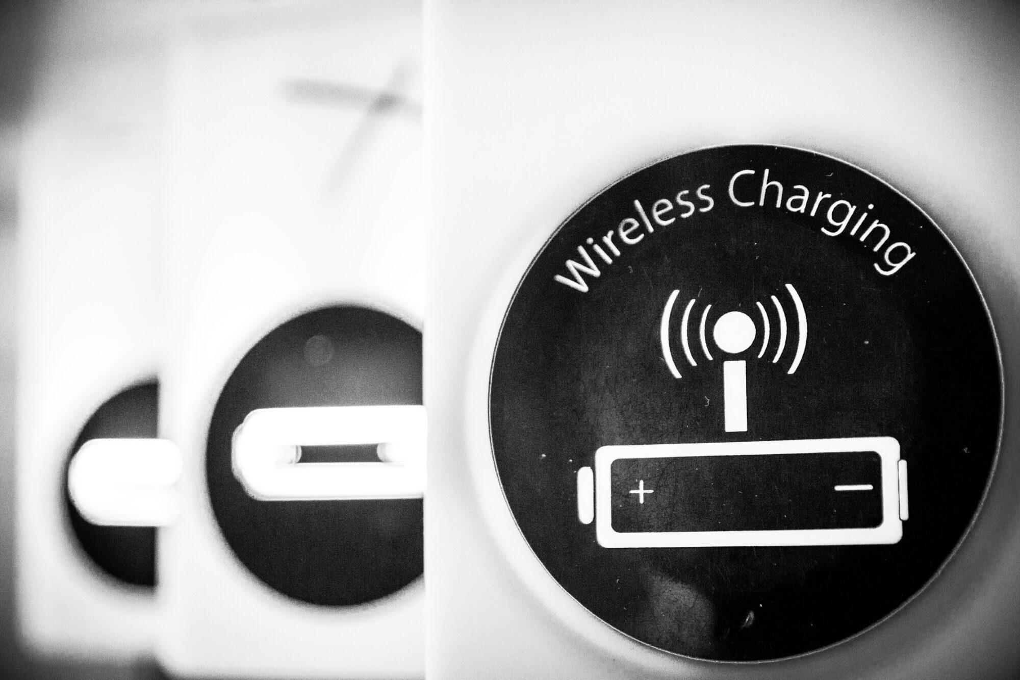 Køb genopladelige batterier og lad dem op med en batteri oplader
